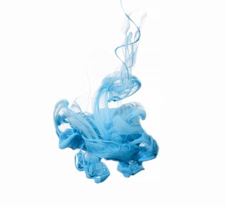 水の青色のアクリル塗料の概要です。 白い背景のスタジオ撮影。
