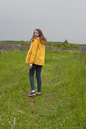 teen golf: Girl walking on the field. Shooting in the rain in the Moscow region. Foto de archivo
