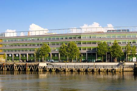 Frankrijk, Nantes - 26 JULI, 2014: Modern huis op de waterkant van de de Loire-rivier in Nantes (Frankrijk).
