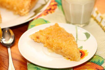 lemon pie: pedazo de pastel de lim�n en un plato blanco