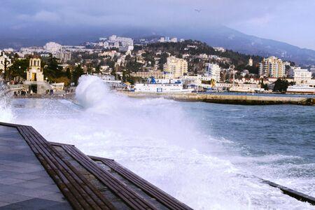 Forte tempête sur le remblai de Yalta. Vague d'éclaboussure.