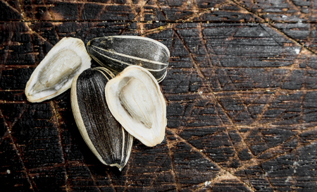 Sunflower seeds. On a wooden background Banque d'images - 118874726