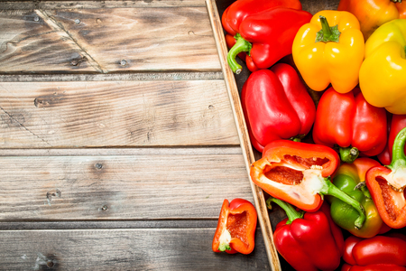Fragrant sweet pepper on tray. On wooden background Banque d'images - 118872388