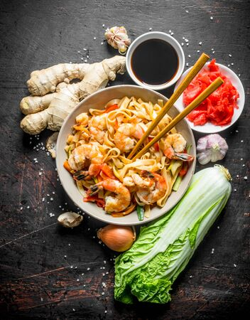 Noodles with Beijing cabbage, ginger, onion, garlic and soy sauce. On dark rustic background Stockfoto