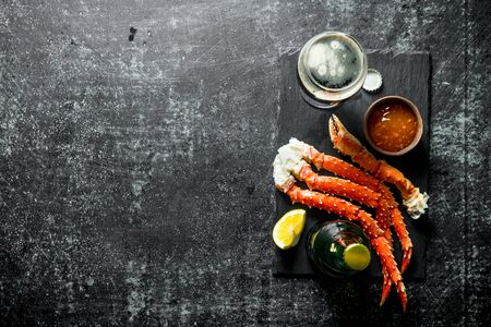 Crab with beer and sauce. On dark rustic background Stok Fotoğraf - 124763486