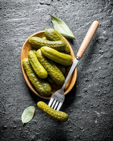 Plate of pickled homemade cucumbers. On black rustic background Banque d'images - 124763614