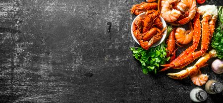 Cooked shrimp, crayfish and crab with parsley. On dark rustic background Banque d'images - 124763617