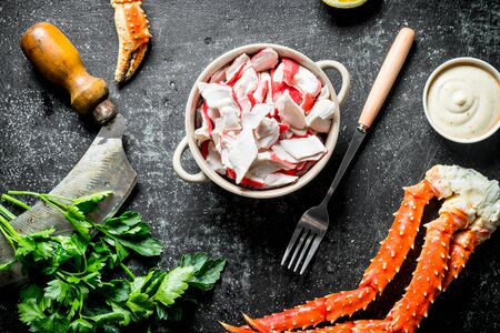 Crab meat in bowl with sauce and parsley. On dark rustic background Stok Fotoğraf - 124763535