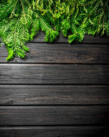 Christmas firtree branches. On a dark wooden background Banque d'images - 132929946