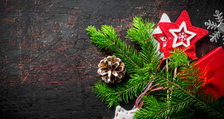 Christmas gift box with fir branch. On a dark rustic background Zdjęcie Seryjne