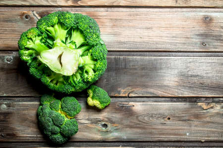Fragrant fresh broccoli. On a wooden background. Stockfoto