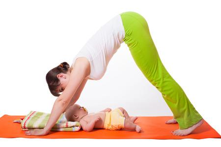 position d amour: Jeune mère de la femme à pratiquer le yoga avec bébé, portrait en studio isolé sur fond blanc