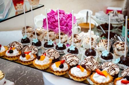 Deliciosa boda recepción candy bar postre mesa dulces diferentes Foto de archivo - 89769633