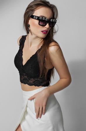 Mannequin en robe de mode, femme de beauté posant sur fond sombre Banque d'images