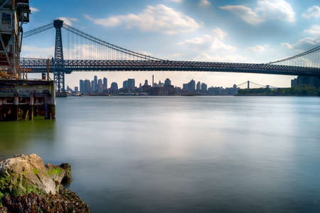The Manhattan Bridge with cityscape in background. An image taken from Brooklyn, New York of the famous and most popular Manhattan Bridge. Banque d'images