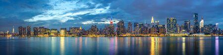 New York City skyline view from Gantry Park Long Island City Queens. Stock fotó