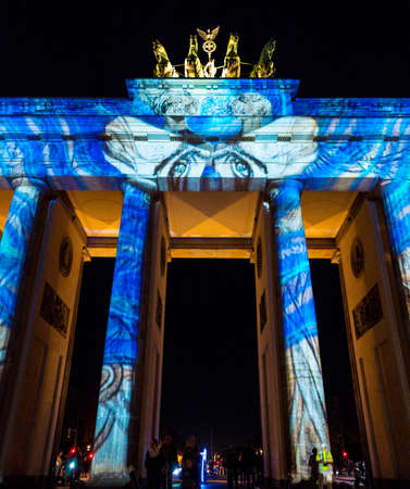 psychedelic lights on brandenburg gate in berlin, germany Foto de archivo