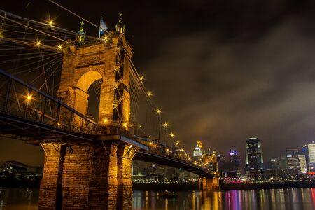 The Roebling Suspension Bridge at night in Cincinnati. Imagens