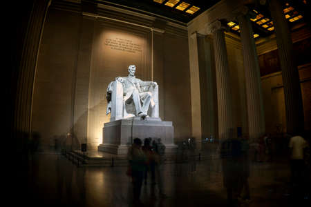 Image of the many tourists inside the Lincoln Memorial. Éditoriale