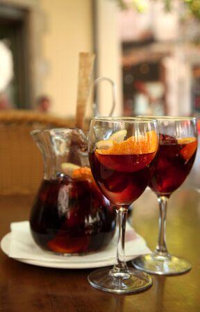 과일, 백그라운드에서 항아리와 유리로 음료 상그리아