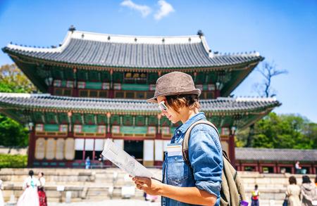 아시아 건축의 배경에 손에지도와 젊은 여자 관광, 한국, 서울 여행 아시아