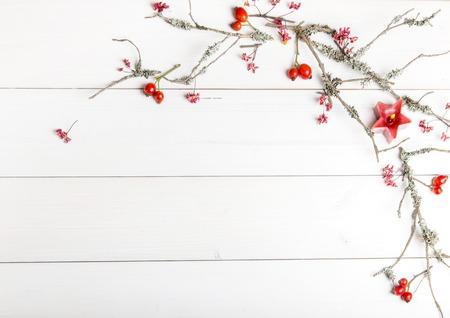 Fondo de Navidad, año nuevo o otoño, composición de endecha plana de Navidad adornos naturales y ramas de abeto, bayas, escaramujos y ramas de invierno cubierto de musgo, espacio vacío para texto de felicitación, felicitaciones, invitaciones Foto de archivo