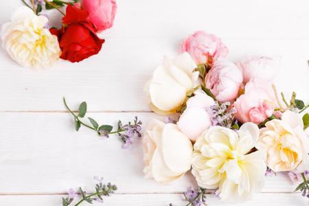 Composición color de rosa del inglés festivo de la flor en el fondo blanco. Vista superior desde arriba, plano. Copia espacio Cumpleaños, madres, San Valentín, mujer, concepto del día de la boda.