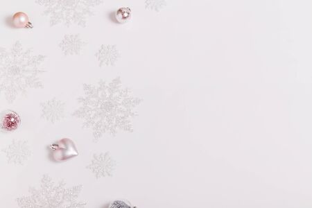Christmas composition. Frame made of balls and snowflakes on pastel gray background. Foto de archivo - 135485731