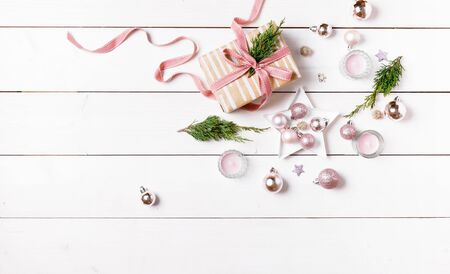 Preparation christmas gifts on a white wooden table with pink decorations Foto de archivo - 136175597