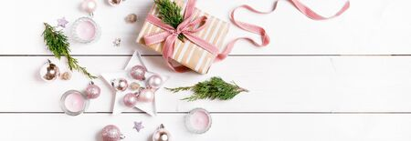 Preparation christmas gifts on a white wooden table with pink decorations Foto de archivo - 136175598