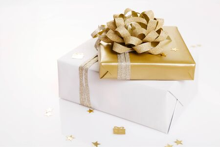 Christmas or birthday flat lay scene with golden and white gift box decorations, gift and ribbon Foto de archivo - 135730205