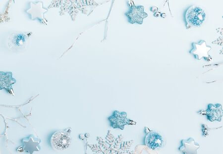 Christmas composition. Frame made of balls and snowflakes on pastel blue background. Foto de archivo - 136175702