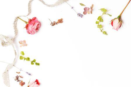 白い背景に祝祭の花の構成。オーバーヘッド ビュー