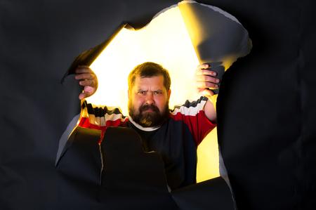 hombre grande con una barba morena se enoja Foto de archivo