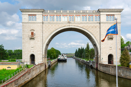 uglich russia: UGLICH, RUSSIA - JULY 19, 2016: Boat in navigable gateway of Uglich hydroelectric power station on river Volga, Uglich, Russia Editorial