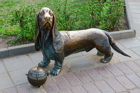 basset: KOSTROMA, RUSSIA - JULY 20, 2016: Monument to dog Fire dog Bobka on Susaninskaya square in Kostroma, Russia Editorial