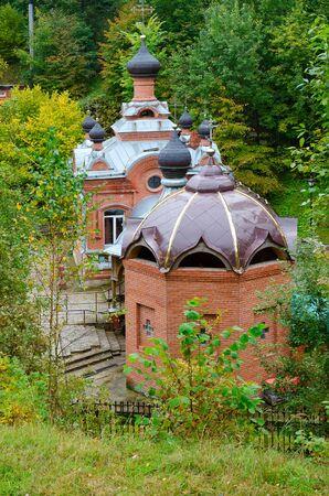 pila bautismal: Iglesia-Capilla de Santo Gran Mártir Paraskeva y la fuente bautismal, Polykovichskaya Krynica, distrito de Mogilev, Belarús