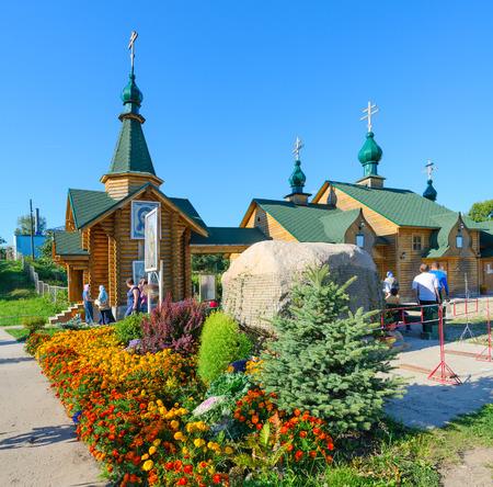 """Diveevo, Russland - 22. August 2015: Nicht identifizierte Leute besuchen heilige Quelle zu Ehren Ikone der Gottesgebärerin """"Zärtlichkeit"""" in Dorf Diveevo, Russland"""