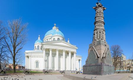 SAINT PETERSBURG, RUSLAND - MEI 2, 2017: Kathedraal van de Heilige Leven-gevende drie-eenheid van het leven Guards Izmailovsky Regiment (Trinity-Izmaylovsky kathedraal, Trinity Cathedral) en de kolom van glorie, St. Petersburg Redactioneel