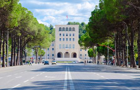 TIRANA, Albanie - 6 septembre 2017: personnes inconnues marchent le long du boulevard des martyrs près de l'Université polytechnique de Tirana, Albanie Banque d'images - 87088375