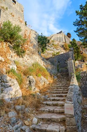 モンテネグロのコトルの町上聖ヨハネ (イリュリア砦) の古代の要塞の遺跡 写真素材