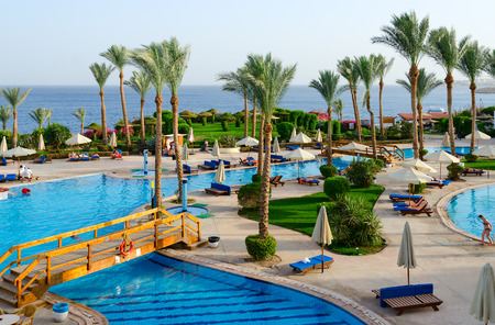 SHARM EL SHEIKH, EGYPT - MAY 11, 2018: Unknown people rest on territory of hotel Siva Sharm (ex Savita Resort) 5 * near pool, Sharm El Sheikh, Egypt Редакционное