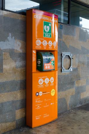 LLORET DE MAR, ESPAGNE - 9 SEPTEMBRE 2018 : défibrillateur de rue à la gare routière de Lloret de Mar, Espagne Éditoriale