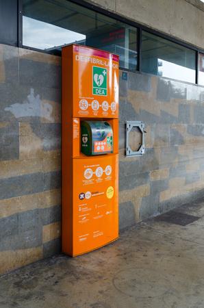 LLORET DE MAR, ESPAGNE - 9 SEPTEMBRE 2018 : défibrillateur externe automatique à la gare routière de Lloret de Mar, Espagne Éditoriale