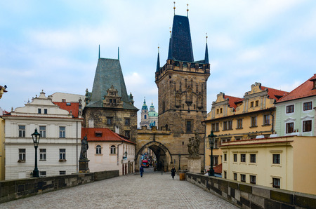 Prag, TSCHECHISCHE REPUBLIK - 22. JANUAR 2019: Unbekannte Touristen sind auf der Karlsbrücke. Mala Strana Brückenturm, Prag, Tschechische Republik