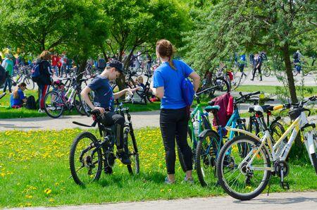 GOMEL, BÉLARUS - 5 MAI 2019: Participants à la randonnée à vélo de masse consacrée à l'ouverture de la saison cycliste 2019. Les amateurs de cyclisme se reposent et discutent entre eux une fois la randonnée à vélo terminée Éditoriale