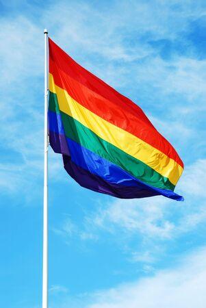 transexual: Bandera gay del orgullo del arco iris en el cielo azul con el fondo de las nubes en San Francisco Foto de archivo