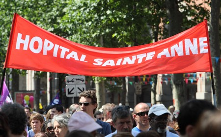 syndicate: PARIS - JUNE 24: Employees of Sainte Anne Hospital demonstrate during Frances nationwide strike against pension overhaul where bill raising the retirement age from 60 to 62 is to be voted in September on June 24, 2010 in Paris, France