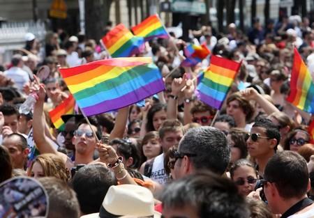 hombres gays: PARIS - junio 26: 800.000 personas tomaron parte en el desfile del orgullo gay de Par�s para apoyar los derechos LGBT, en Par�s, Francia, 26 de junio de 2010.
