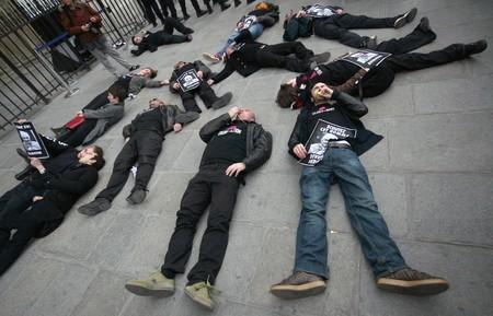 condones: Par�s - 22 de marzo: Los miembros de la organizaci�n Act Up establecen en frente de la Catedral de Notre-Dame en protesta por los comentarios del Papa Benedicto XVI en condones y el aborto durante su actual visita a �frica el 22 de marzo de 2009 en Par�s, Francia